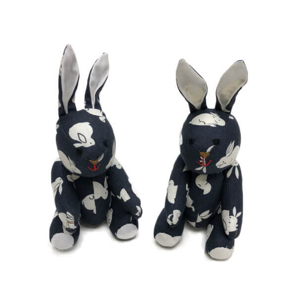 Small pocket pal® bunny made of bunny print cotton - white on navy